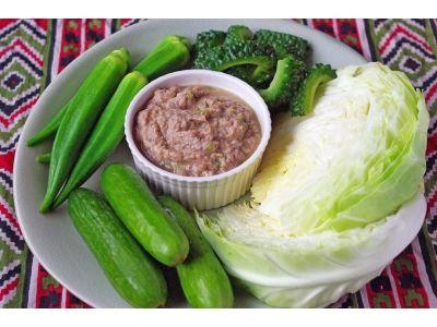 生野菜や温野菜を添えて! サバ缶のタイ風ディップ