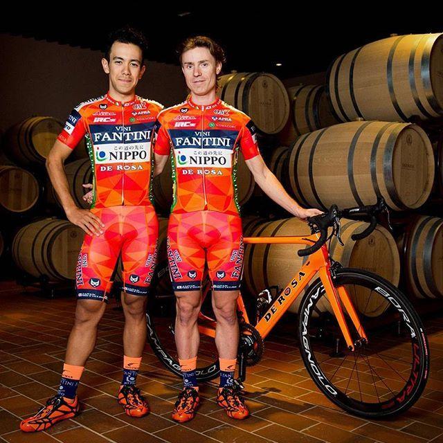 Italský tým Vini Fantini v novoročním pelotonu rozhodně nepřehlédneme. Dutch corner s uznáním pozdvihá pivko :) / Those Vini Fantini jerseys will be definitely not overseen in the field. And Dutch corner cheers up to them too, probably :) #cyklistika #kolo #nakole #sport #fandime #ceska #cesky #blog #dresblog #dres #moda #styl #design #cycling #roadcycling #esthetic #modepolice #kit #2017 #jersey #italy #italian #dutch