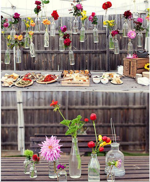 Vai dar uma festa? Amarre jarras junto à cerca e encha-as com plantas ou flores. | 51 soluções econômicas e geniais que você pode fazer em seu quintal