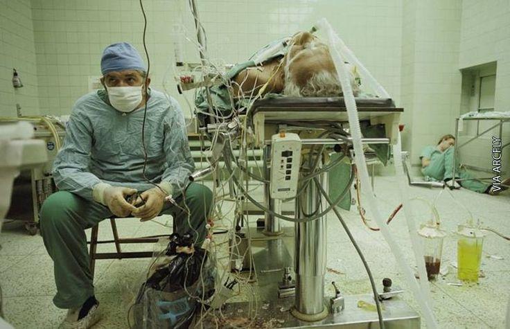 Le Dr religa surveille les constantes de son patient après une opération de transplantation cardiaque de 23 heures. Son assistante dort dans le coin. (1987). Via Festim Toshi