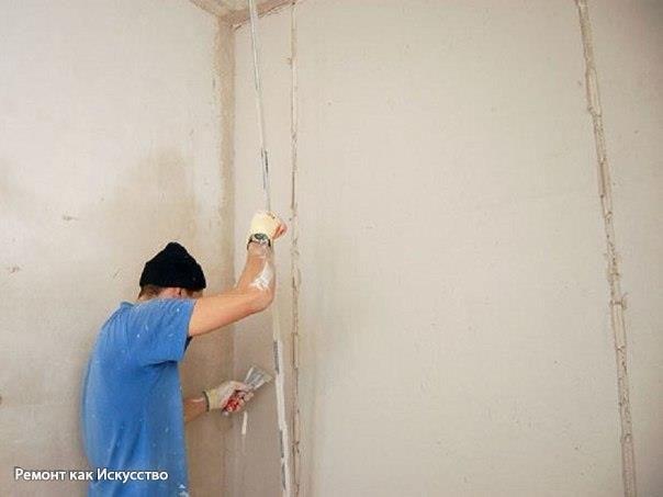 Как штукатурить газобетон?    Штукатурка стен из газобетона – оправданная мера. Газобетонный блок, как и пеноблок, несмотря на все свои достоинства, материал гигроскопичный. Это означает, что он легко впитывает влагу. Следовательно, дом из газоблока нужно защищать от непогоды.    Если в дождь газоблок намокнет, а затем высохнет, он не утратит своих свойств. А если промокнет зимой, тогда вода, накопившаяся в порах газобетона, замерзнет и расширится. Это чревато появлением мелких трещин…
