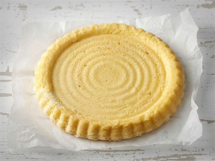 Tällä sokerikakkutaikinalla valmistat matalan torttupohjan. Täytä torttu kermavaahdolla tai kerma-rahkaseoksella ja tuoreilla marjoilla tai hedelmillä.