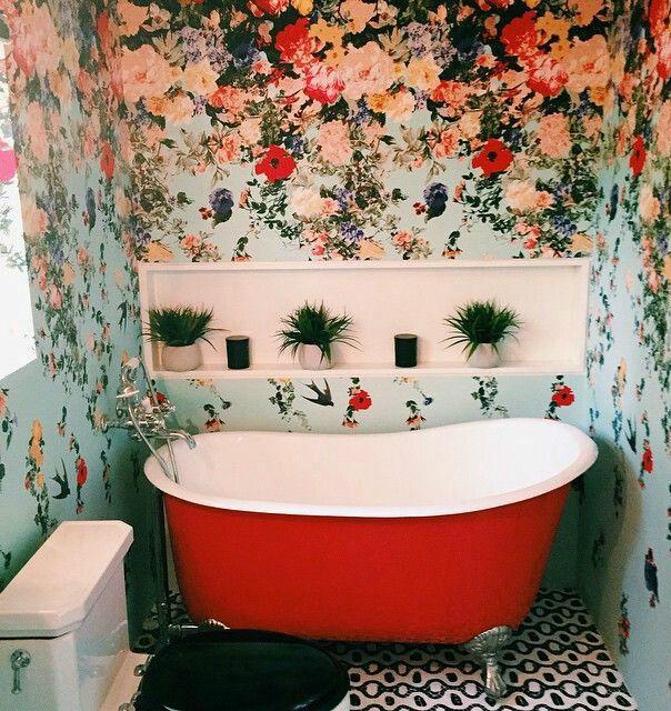 That wallpaper!! That tub!!