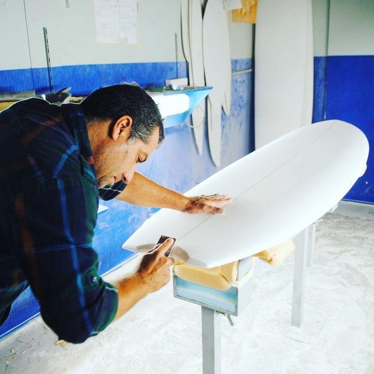 Гавайи — центр мирового сёрфинга и место, откуда началась его история 1000 лет назад. Гавайские Короли показывали своё искусство в сёрфинге для того, чтобы укрепить свои позиции на троне, но для этого они использовали огромные доски длинной 6 метров.  Большая часть сёрфов до сих пор изготавливается вручную.  Шейперы - ремесленники, которые делают сёрфы, постоянно экспериментируют с дизайнами досок. Каждый дизайн и форма — как правило, индивидуальная разработка отдельно взятого шейпера.