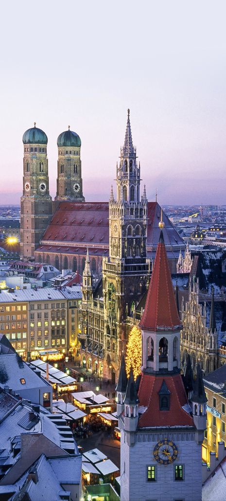 """New Town Hall (Neues Rathaus), Marienplatz, and Frauenkirche (""""Cathedral of Our Dear Lady""""), Munich, Germany. ALEMANHA"""