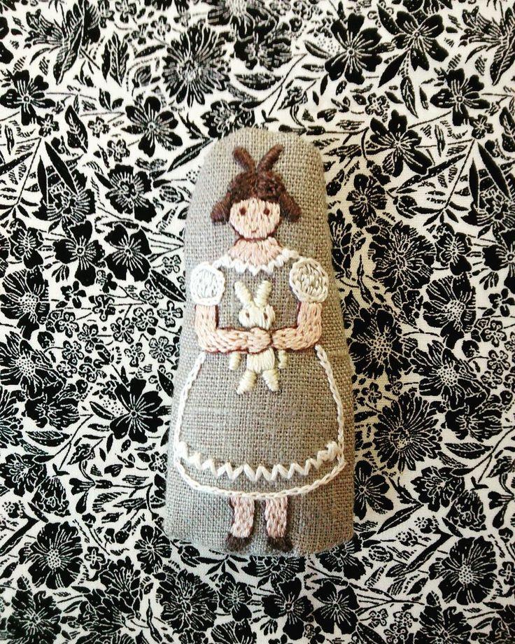 ウサギのぬいぐるみを抱いた 女の子… そんなイメージで図案を描いた 羊毛入り刺繡ブローチの3作目です。  でも、女の子自体がお人形みたいに 見えます。  子どもの頃、伯母の家に アンティークドールのレプリカが ありました。 ものすごく憧れていました。 長じて仕事をするようになり、 ある日ぶらっと輸入玩具のお店に 入ったら、あったんです。 そういうお人形が。  私のものほしげな目つきを 見透かしたか、店員さんが 「かわいいでしょ〜。この子たちを おウチに連れていってくださいね。 ほら、皆さん、お店を出るとき 記念撮影なさっていくんですよ」 などと話しかけてくるでは ありませんか。 これはとんでもないとこに 入っちゃったよと、あわてて 逃げてきました。  それ以来、人形にはとんと ご縁がありません。 でも、こんな刺繡をするのは やっぱりこだわりが残っている ようで^^; #刺繡#刺繡ブローチ#ハンドメイド #人形#ぬいぐるみ#ウサギ#女の子 #アンティークドール#handembroidery #brooch#doll#stuffed#rabbit #stuffed toys