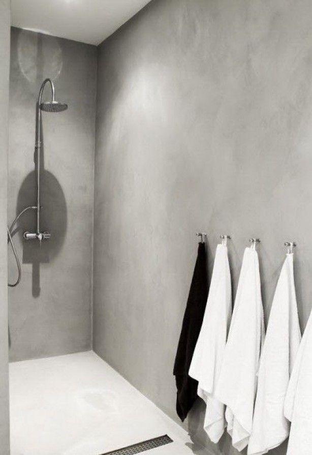 ruime inloopdouche uitgevoerd in grijs betonstuc. Dit stuc kan ook over bestaande tegelwanden heen worden aangebracht. Scheelt breek en sloopwerk