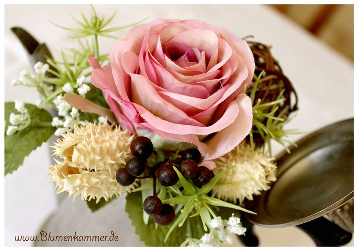 """❦ ✿ Lebensweisheit ✿ ❧: """"Das Leben ist wie eine Rose, du kannst die Dornen betrachten oder die Blüten."""" ... Ich versuche, stets die Blüten zu sehen.  #rosengesteck #rose #blume #distel #dornen"""