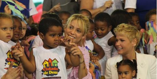 el sitio oficial de Shakira. Ella es más que cantante. Es filantropista.