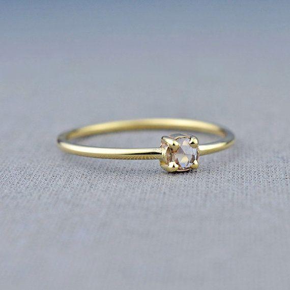 Une bague délicate et féminine avec un précieux rose champagne diamant avec une belle teinte chocolaté léger. Nous travaillons toujours avec des diamants sans conflit. Cette rose diamant mesure 3,3 mm (0,10 carat) et a éclat merveilleux. La bague est faite d'or 100 % recyclé, un eco-friendly et la meilleure alternative à l'extrait de direct or. L'anneau mesure environ 1,6 mm d'épaisseur. Cette bague est prête à être envoyé comme une taille 7.75 ou je peux le modifier pour vous dans la gamme…