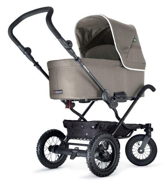 Den #Kronan #Duo/S ist ein #Kombi #Kinderwagen inklusive #Sportwagen und #Liegewanne für 949€. Der Kinderwagen überzeugt durch seine komfortablen Lufträder, das robuste Gestell und die außergewöhnlichen Tragegriffe. Das Set beinhaltet zudem einen Windschutz, ein Regenschutz, ein Mückennetz und eine Luftpumpe.