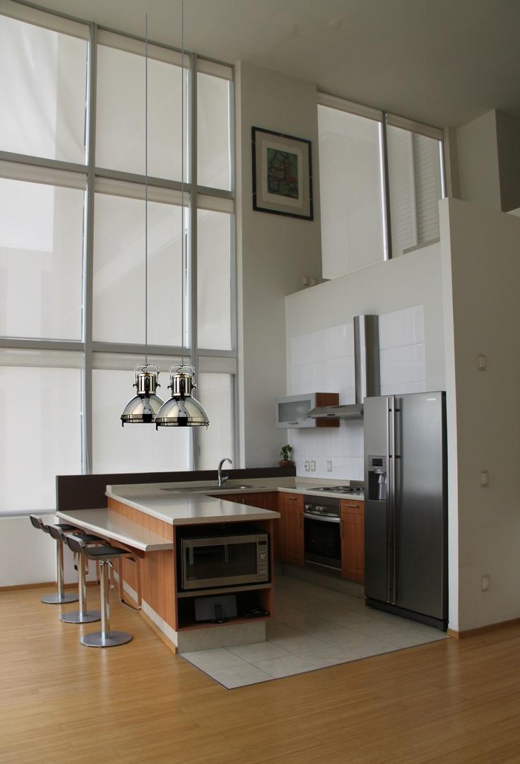 Reforma cocina abierta en loft con distribuci n en u for Baldosas cocina