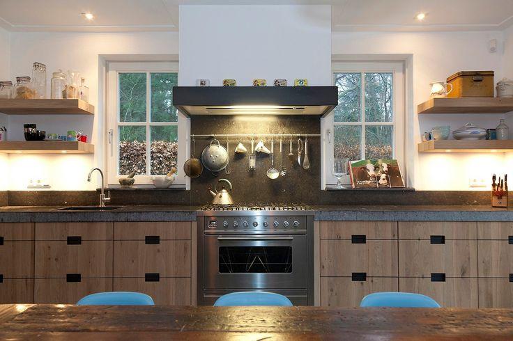 Houten keuken met belgisch hardsteen keukenblad handgefrijnd keukens op maat gemaakt - Redo keuken houten ...