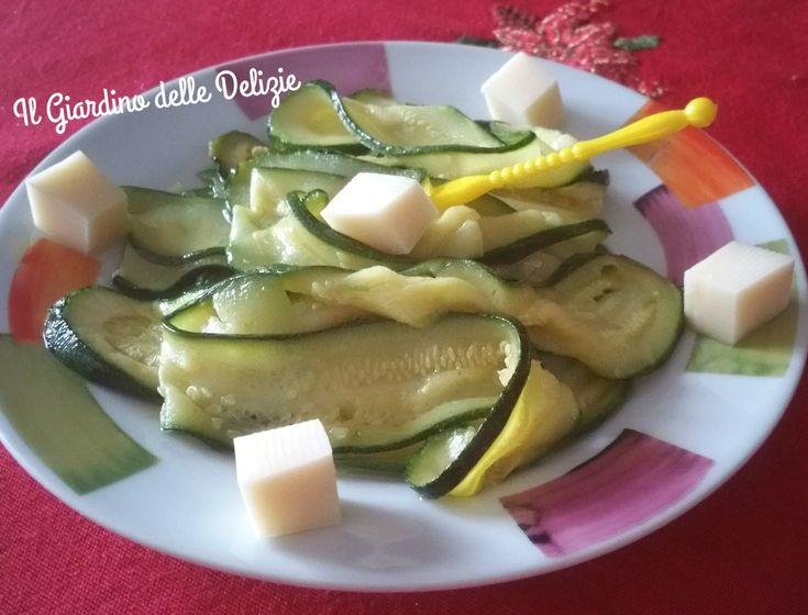 L'antipasto di zucchine al microonde è un piatto veloce semplice non calorico che potrete servire anche come contorno, leggero e gustoso