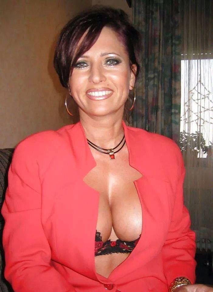 vollbusige Reife attraktive italienische Dame bekommt nackt