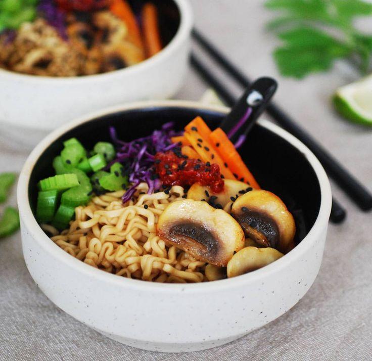 En otroligt enkel Ramen-nudelsoppa med fyllig umami-smak och fräscha grönsaker på toppen. Passar perfekt till vardagsmiddag eller som förrätt till en måltid med japanskt tema! Recept @kungmarkatta1983 ⭐ ... nudlar soppa