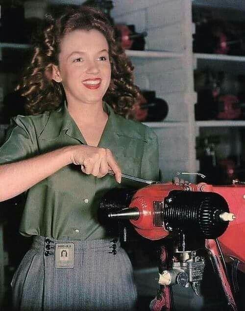 Работница фабрики Van Nuys CA Норма Джин Бейкер, которую весь мир вскоре узнает, как Мэрилин Монро