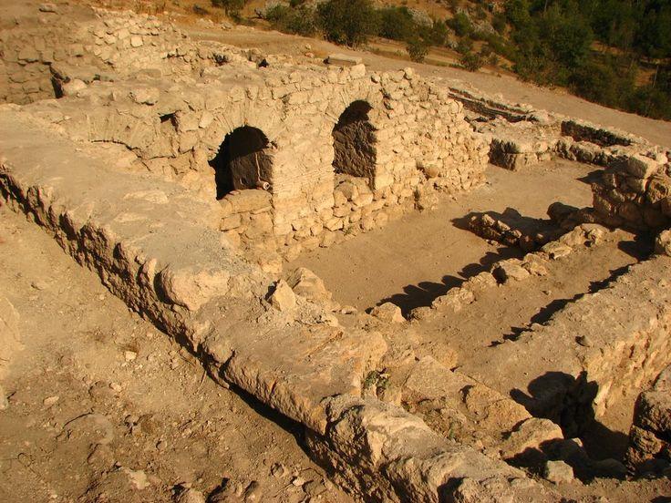 Hadrianapolis antik kenti/Eskipazar/Karabük/// Antik şehirde çok sayıda mermer sütun ve sütun başlıkları, kiliseler, surlar, su sarnıçları, kaya mezarları, Roma hamamı, gözyaşı şişeleri, tüneller, erzak ve şarap mahsenleri vardır. Kazı çalışmaları sırasında zemini mozaik hayvan, kuş gibi resimlerle süslenmiş bir kilise çıkartılmıştır.