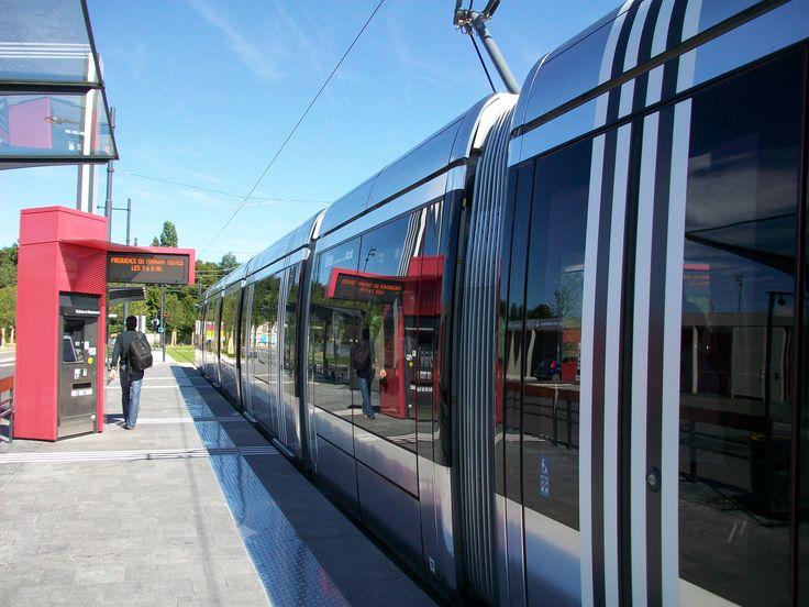 Le tram à Jean Monnet par une belle journée ensoleillée.