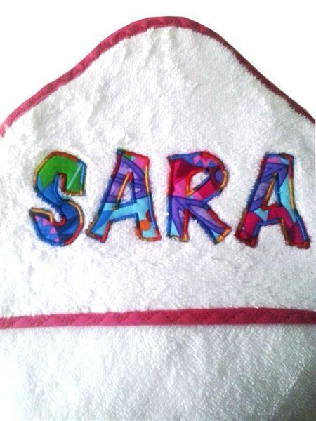 Capa de baño de rizo americano 100% algodón con capucha para el bebé. La toalla es blanca y tiene el bies en color a elegir (rojo, rosa, amarillo, verde, azul o morado). Se personaliza con el...