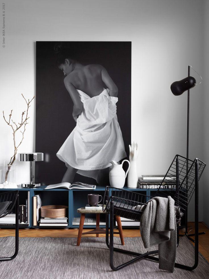De stilsäkra vintagefåtöljerna JÄRPEN gör sig fint i en modern inredning med EKET skåp och STOCKHOLM 2017 bordslampa.