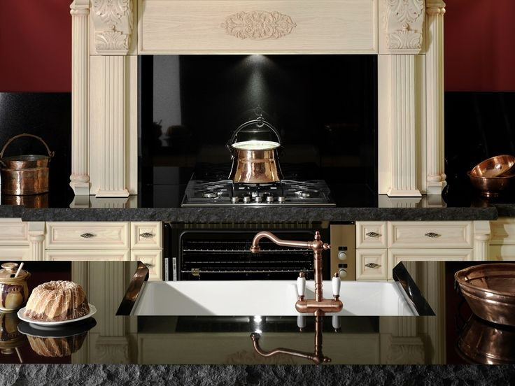 rustikalna kuchyna HANAK na mieru, svetla dyha s dominantným cesanim a tmavou pracovnou doskou z kamena atraktivne prvky klasickej vidieckej kuchyne ako  dominatne varenie imitovane v krbe