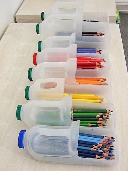 Organiza tus cosas pequeñas de una forma divertidad tales como lápices de colores, piezas de Lego, pequeños juguetes, este proyecto esta hecho con jarras plásticas. Para hacerlos, sólo necesitas una cuchilla para manualidades (exacto), perforar una pequeña abertura en la parte superior y listo! Es posible lograr piezas útiles con un poco de creatividad y materiales reciclables.
