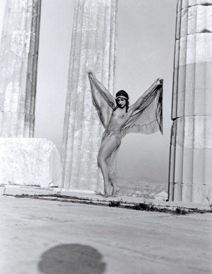 Προηγήθηκε κατά πολύ της εποχής της και σφράγισε με την πρωτοποριακή οπτική καιτέχνη της την παγκόσμια ιστορία της φωτογραφίας.Νelly's η Ελληνίδα φωτογράφος που σημάδεψε την ιστορία της φωτογραφίας στον 20 αιώνα.Γεννημένη στο Αϊδινί της Μικράς Ασίας το 1899, η Έλλη Σουγιουλτζόγλου-Σεραϊδάρη περνάει τα μαθητικά της χρόνια στην Σμύρνη και 20 χρόνων πηγαίνει στην Δρέσδη να σπουδάσει ζωγραφική αλλα εκεί την κερδίζει η τέχνη της φωτογραφίας.Μετά την καταστροφή της Σμύρνης εγκαθίσταται στην…