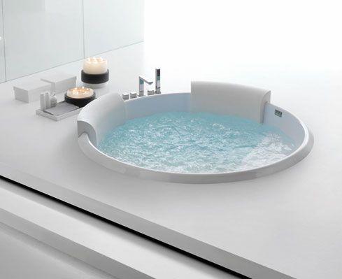 È una vera e propria minipiscina da interno la vasca circolare Bolla Sfioro di Hafro. Con un diametro di 190