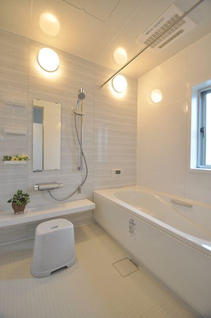 ホワイトを基調とした、バスルーム。