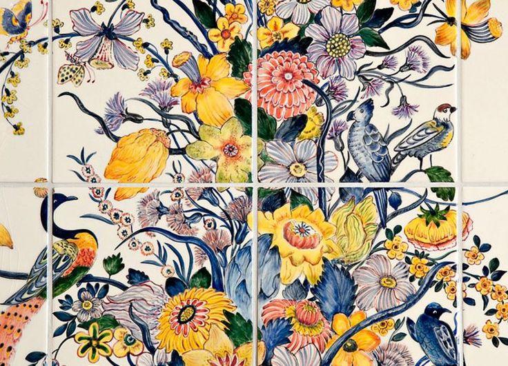 Diese Blüten welken nie! Ein großes handgemaltes Fliesenbild ist sicher eine Investition. Aber dafür überdauert das Kunstwerk Generationen, wenn es pfleglich behandelt wird. Foto: fliesenmalerei.com