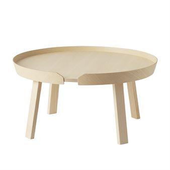 Det moderna Around bord stort kommer från Muuto och karaktäriseras av den smarta kanten som håller kaffet eller fredagsmyset på plats. Soffbordet är designat av danska Thomas Bentzen och har en unik identitet och ett material som andas skandinavisk design. Träet har försiktigt skurits ut, böjts och limmats ihop till ett snyggt och modernt soffbord. Ytan är lackad för att bordet ska tåla slitage och kunna användas varje dag. Around är snyggt som det är, men blir extra effektfullt om du…