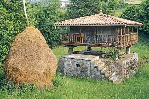 El hórreo asturiano es un granero de madera levantado sobre unos pilares de piedra que lo aíslan del suelo. Fuera, en los corredores, se suele colgar el maíz para que se seque. Dentro se pueden guardar el grano, las frutas y hortalizas, la matanza y aperos agrícolas, además, bajo él y protegidos de la lluvia, se suelen encontrar también el carro, el arado o la leña recogida para el invierno.