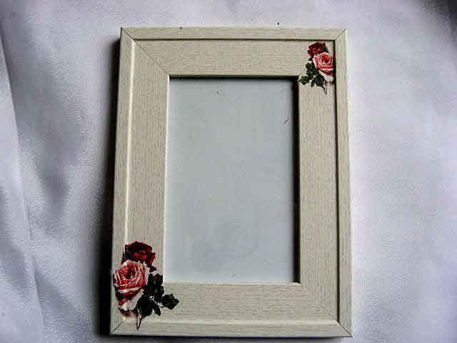 #Rama cu #model #floral, rama #fotografie cu #trandafiri #rosii si #roz / #flori #culori #rosu si roz pe #fundal #lemn #natur http://handmade.luxdesign28.ro/produs/rama-cu-model-floral-rama-fotografie-cu-trandafiri-24625/