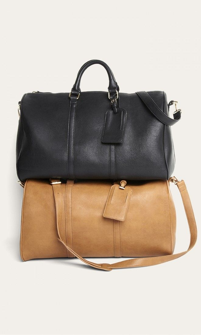 Black and cognac weekender bags with top handles, detachable shoulder strap and luggage tag