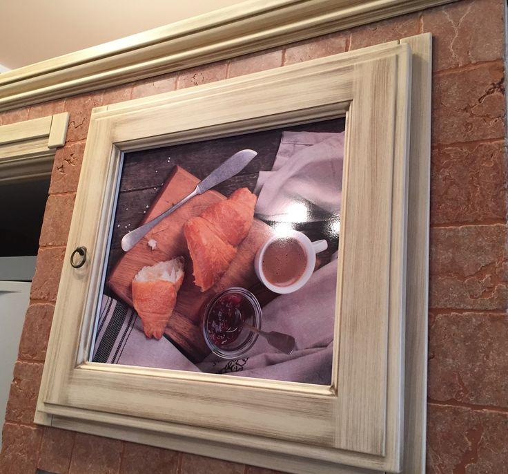 Un esempio di interior design su sportello della cucina