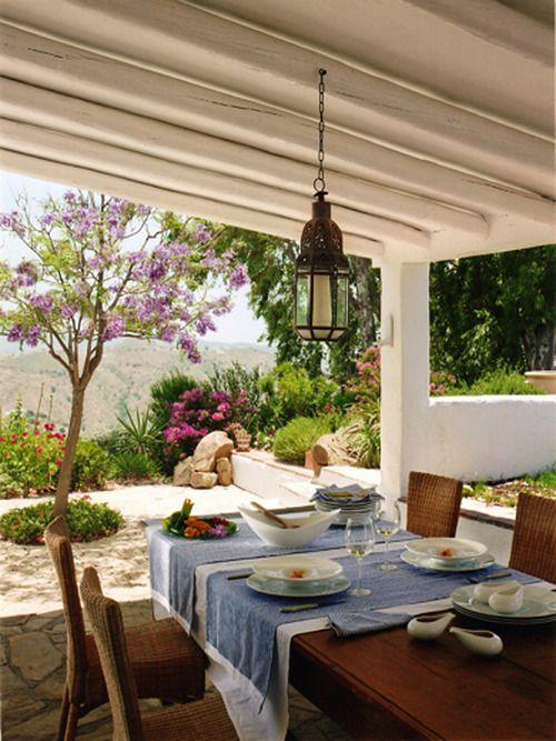 Linda terraza blanca para la comida en Familia