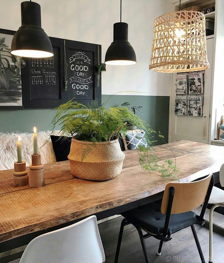 Esszimmer mit rustikalem Holztisch und grüner Wand