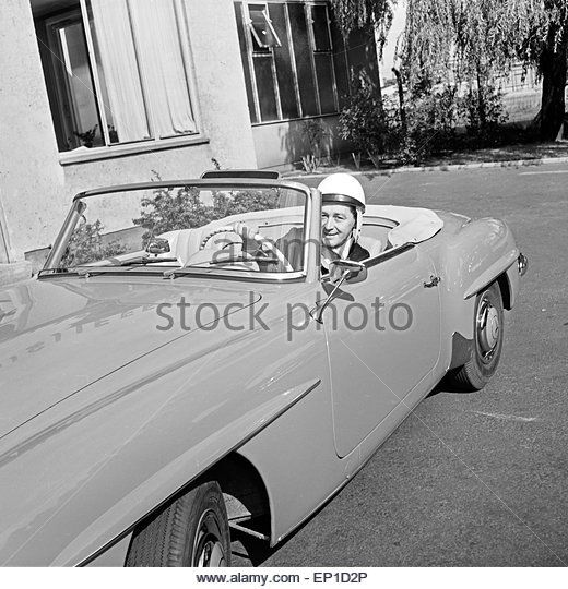 Der irische Sänger Johnny Dane mit einem Helm in seinem Mercedes Benz 190 SL Cabrio in Hamburg, Deutschland - Stock Image