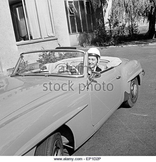 Der irische s nger johnny dane mit einem helm in seinem for Mercedes benz helms