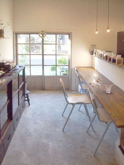 just one long table for the kitchen. and cement flooring. and naked bulbs!