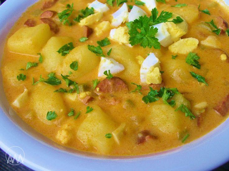 Brambory na paprice 5 brambor 2 klobásy 1 cibule 2-3 kyselé okurky 2 vejce natvrdo 1PL mleté papriky 1 sladká nebo kysaná smetana (jak kdo má rád) máslo 2PL hl mouky  Brambory dáme vařit do osolené vody. Mezitím zpěníme cibuli, přidáme pokrájené klobásy a orestujeme, až pustí šťávu. Zaprášíme paprikou a moukou a promícháme. Zalijeme 200ml vývaru z brambor, rozmícháme,  Vložíme pokrájené okurky, vejce a brambory a přilijeme smetanu. Provaříme ještě asi 5 min a podle potřeby dochutíme