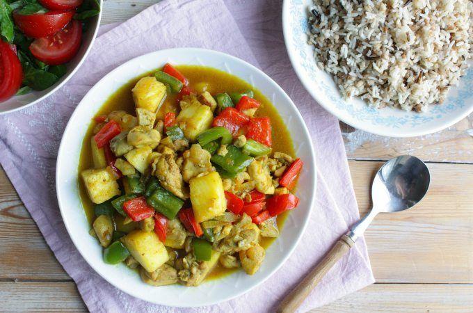 Een simpel te maken kip kerrie met ananas voor het hele gezin. En daarvoor heb je echt geen pakje of kant-en-klare saus nodig. Bekijk hier het recept.