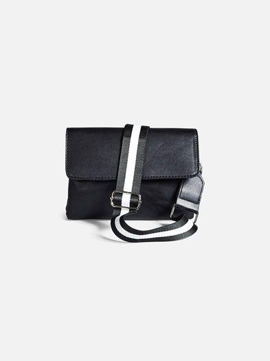 Medium size faux leather shoulder bag. Height: 17 cm. Width: 22 cm.  Musta