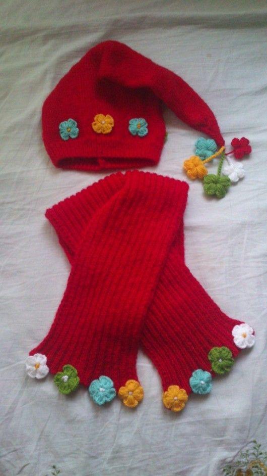 Tığ işi çiçeklerle süslenmiş kırmızı yünden örülmüş pek şirin bir çocuk atkı bere takımı ile ilham verici değişik bebek örgüleri 10marifet.org'da
