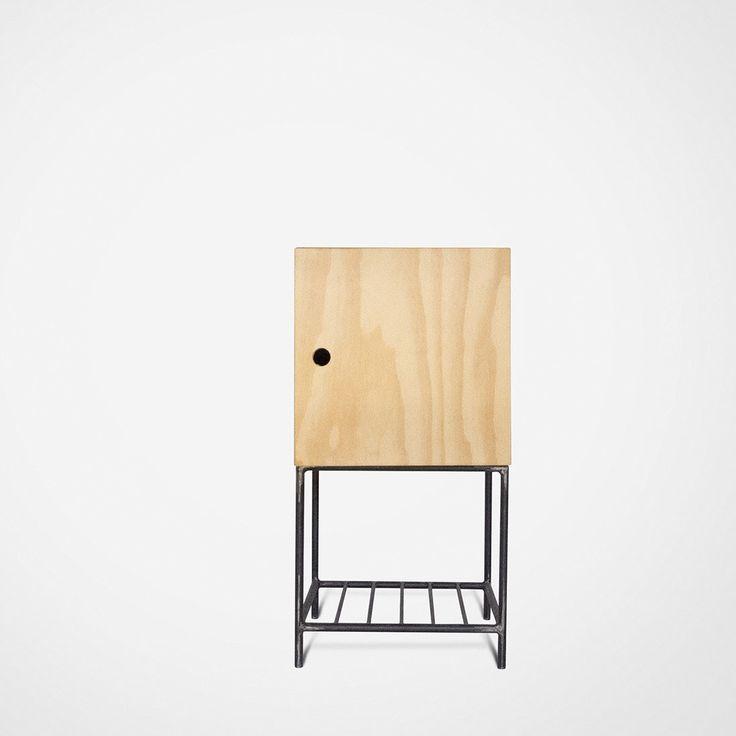Criado Mudo com porta - Criado Mudo compacto, ideal para quem possui pouco espaço ao lado da cama. Estruturado em ferro tubular maciço feito por serralheria artesanal e módulo de madeira com 1 porta.