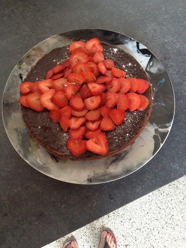 Chocoladetaart afgewerkt met aardbeien. Heerlijk!