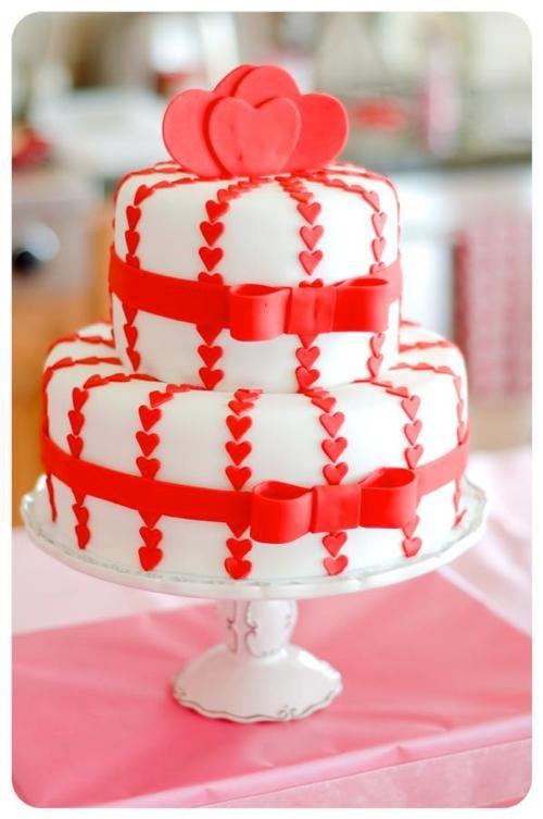 Hearts and bows Valentine's Day cake –Gâteau de St-Valentin décoré de cœurs et de boucles