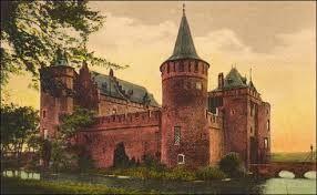Het Muiderslot werd meestal bewoond door slotvoogden, die het kasteel namens hun heer beheerden; dat was bijvoorbeeld de bisschop of de landgraaf. In het begin van de 16e eeuw werd het kasteel korte tijd eigendom van de Geldersen. In de Tachtigjarige Oorlog werd het slot in 1577 namens Willem van Oranje ingenomen.