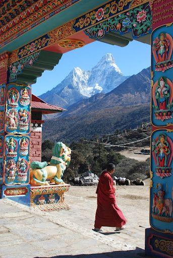 Tengboche, Nepal. Es un país de naturaleza montañosa en cuyo territorio se encuentran, total o parcialmente, algunas de las cumbres más altas de la Tierra, destacando el monte Everest (8 848 msnm), así como otros siete de los llamados ochomiles.